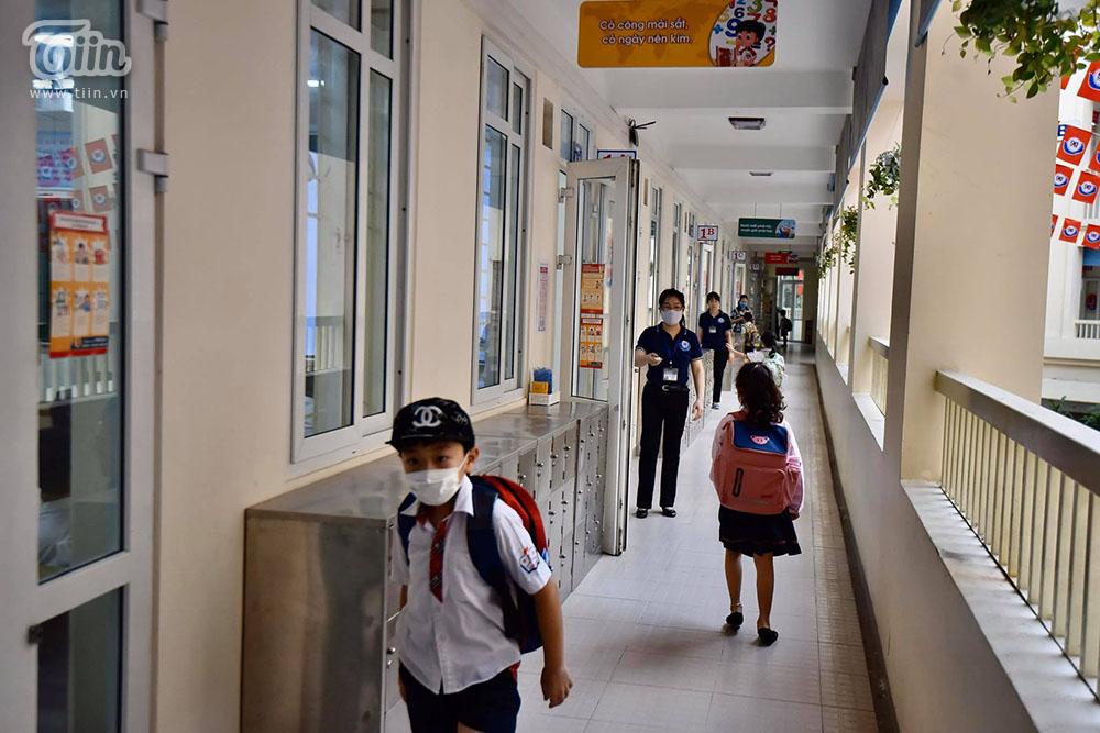 Không gian trường lớp thoáng đáng, sạch sẽ trong ngày đầu học sinh tiểu học đi học trở lại