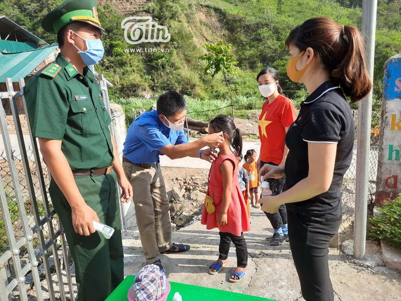 Học sinh Mường Tè (Lai Châu) trở lại trường: chân trần đi bộ đến lớp, ngoan ngoãn nghe lời cô giáo 0