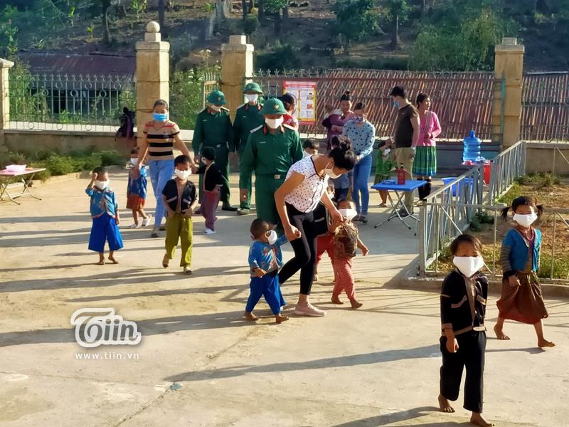 Học sinh Mường Tè (Lai Châu) trở lại trường: chân trần đi bộ đến lớp, ngoan ngoãn nghe lời cô giáo 1