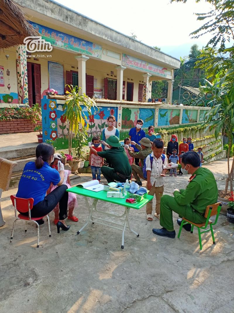 Học sinh Mường Tè (Lai Châu) trở lại trường: chân trần đi bộ đến lớp, ngoan ngoãn nghe lời cô giáo 3