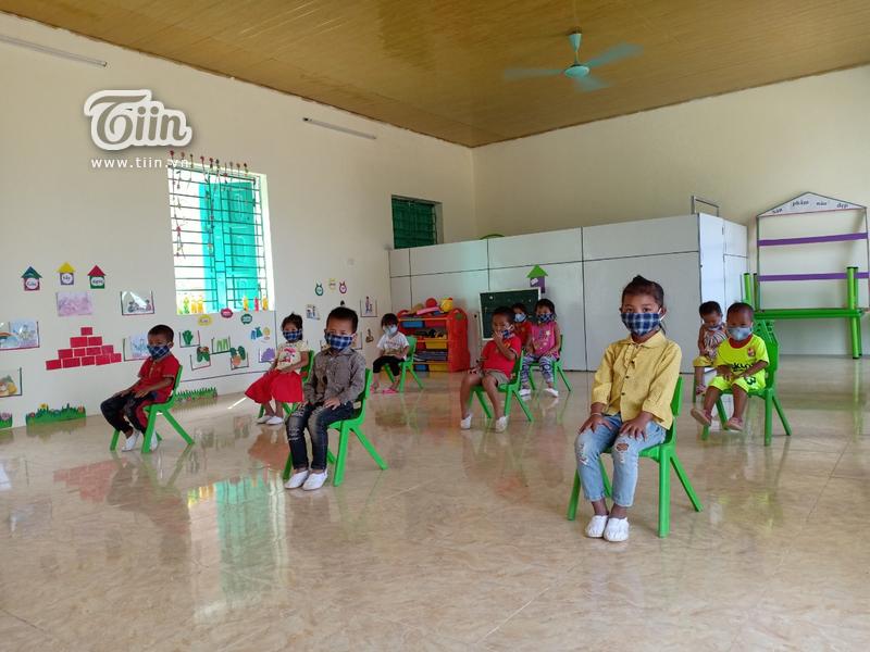 Các em học sinh trường mầm non Pa Vệ Sú (Mường Tè, Lai Châu) tuân thủ khoảng cách khi tới lớp