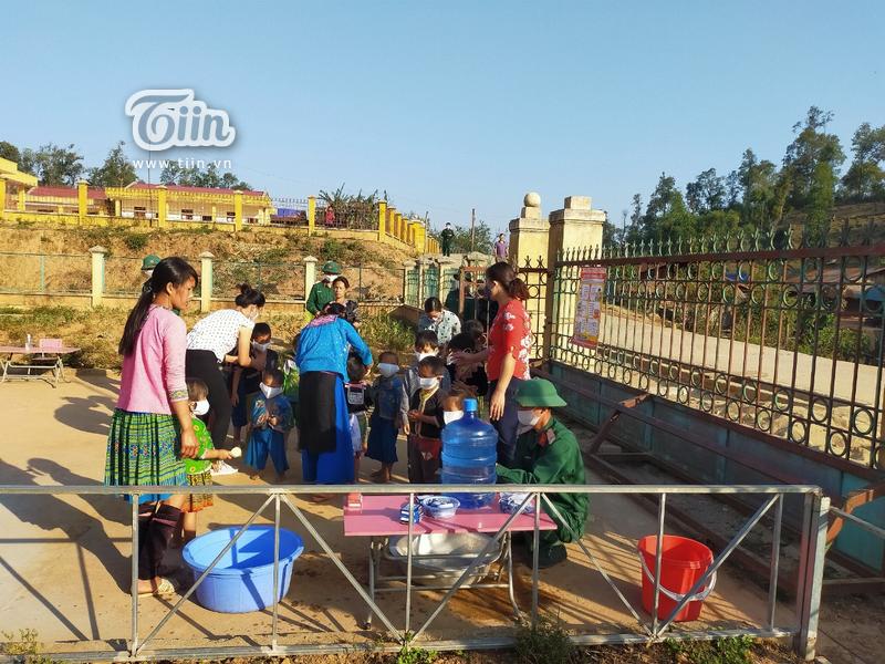 Học sinh Mường Tè (Lai Châu) trở lại trường: chân trần đi bộ đến lớp, ngoan ngoãn nghe lời cô giáo 12