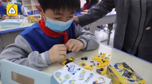 Cô giáo Thường Sagiữ đúng lời hứatặng học sinh nam đồ chơi lego và tặng học sinh nữ kẹp tóc trong ngày nhập học.