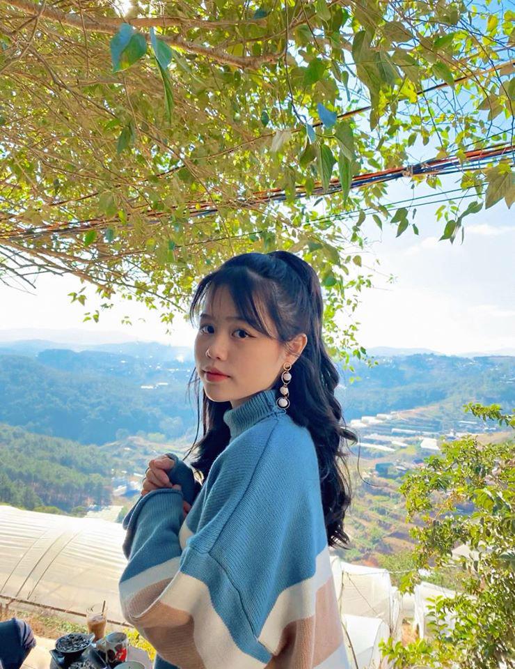 Cận cảnh nhan sắc của bạn gái vừa được công khai của tiền vệ Quang Hải. Huỳnh Anh cũng là cô gái thứ 2 được chàng cầu thủ tự tay đăng ảnh chụp chung lên mạng xã hội, sau Nhật Lê.