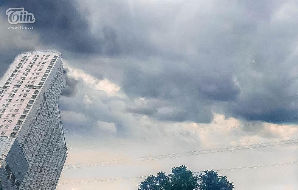 Hiện tượng thời tiết cực đoan: Trời tối sầm nguy cơ lốc và sét, người Hà Nội bật đèn di chuyển lúc 5h chiều 5