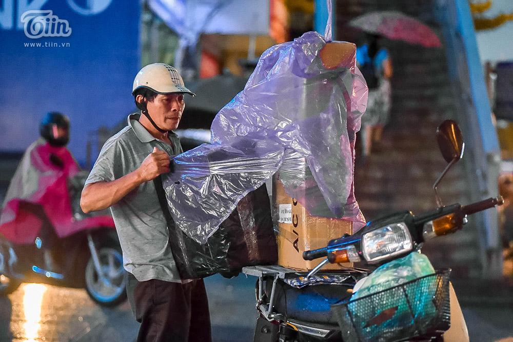 Hiện tượng thời tiết cực đoan: Trời tối sầm nguy cơ lốc và sét, người Hà Nội bật đèn di chuyển lúc 5h chiều 13