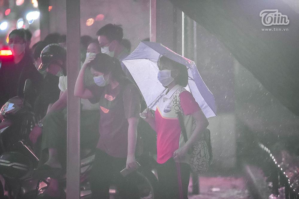 Hiện tượng thời tiết cực đoan: Trời tối sầm nguy cơ lốc và sét, người Hà Nội bật đèn di chuyển lúc 5h chiều 15