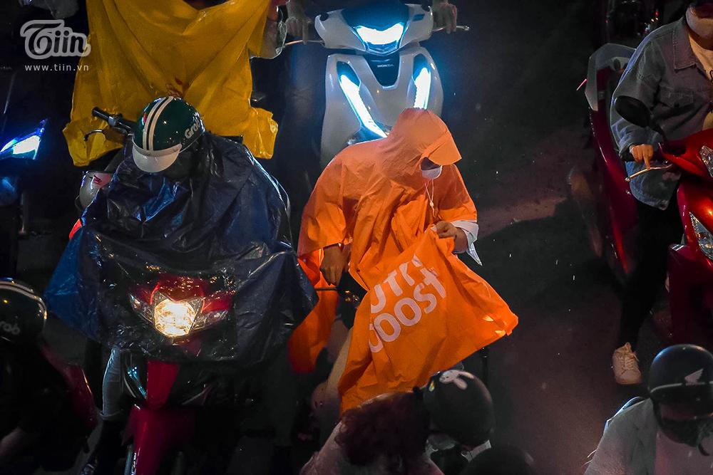 Hiện tượng thời tiết cực đoan: Trời tối sầm nguy cơ lốc và sét, người Hà Nội bật đèn di chuyển lúc 5h chiều 18