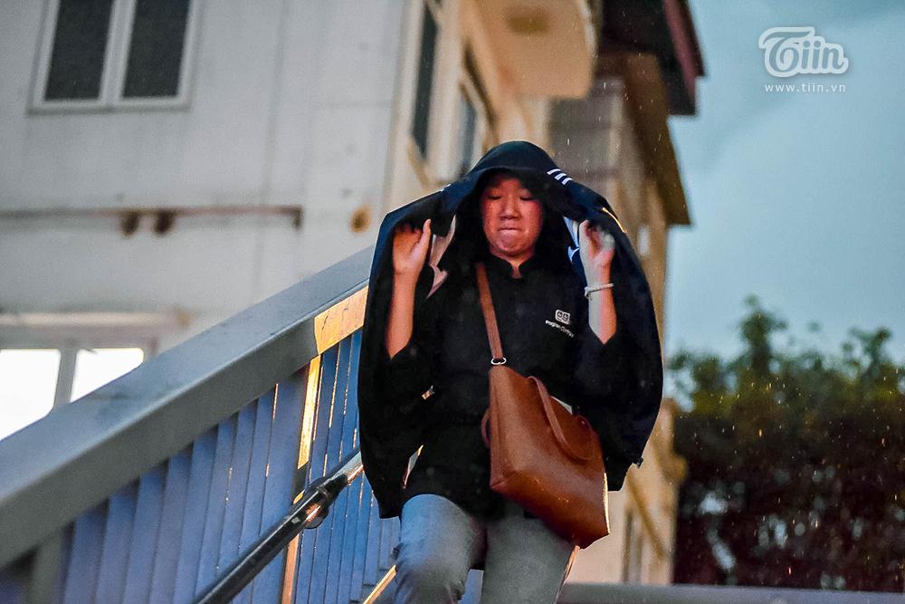 Hiện tượng thời tiết cực đoan: Trời tối sầm nguy cơ lốc và sét, người Hà Nội bật đèn di chuyển lúc 5h chiều 19