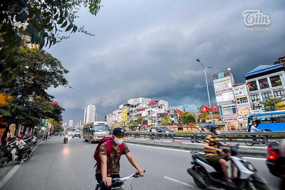 Hiện tượng thời tiết cực đoan: Trời tối sầm nguy cơ lốc và sét, người Hà Nội bật đèn di chuyển lúc 5h chiều 21