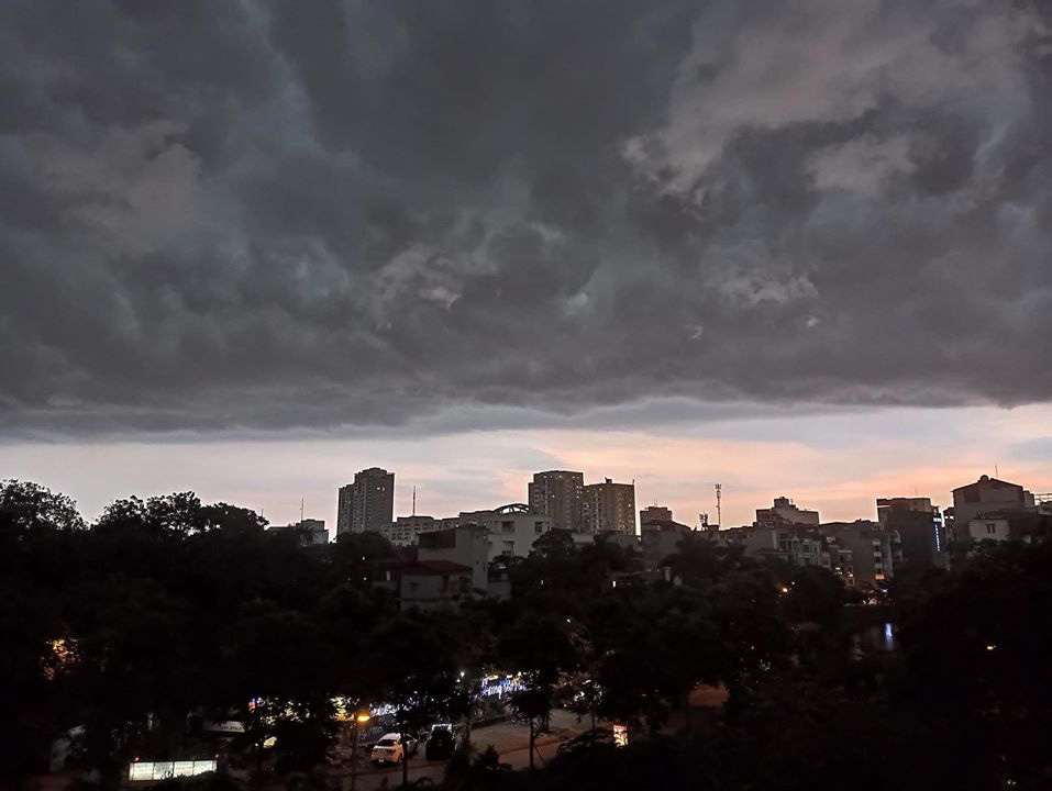 Hiện tượng thời tiết cực đoan: Trời tối sầm nguy cơ lốc và sét, người Hà Nội bật đèn di chuyển lúc 5h chiều 0