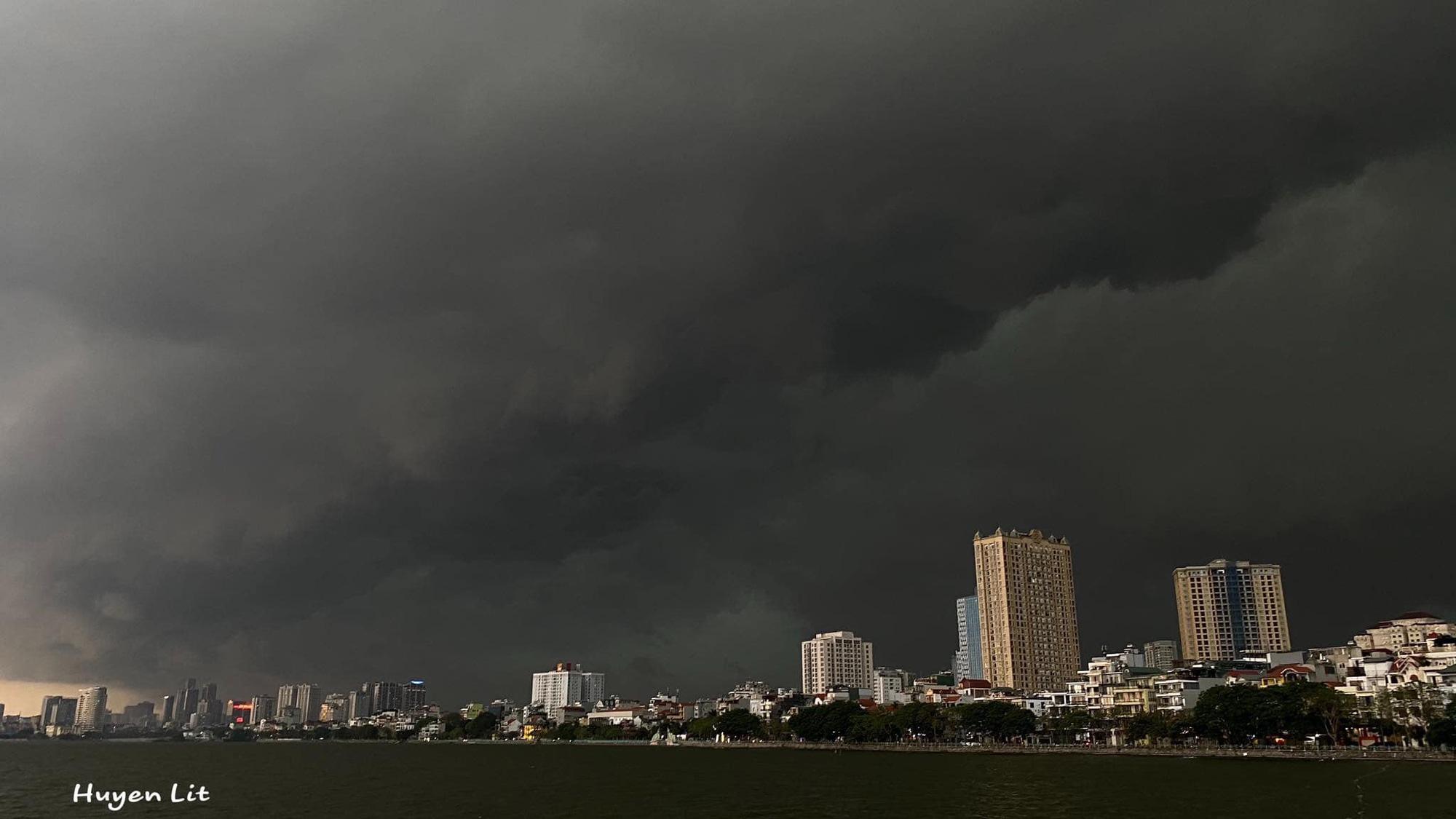 Hiện tượng thời tiết cực đoan: Trời tối sầm nguy cơ lốc và sét, người Hà Nội bật đèn di chuyển lúc 5h chiều 1