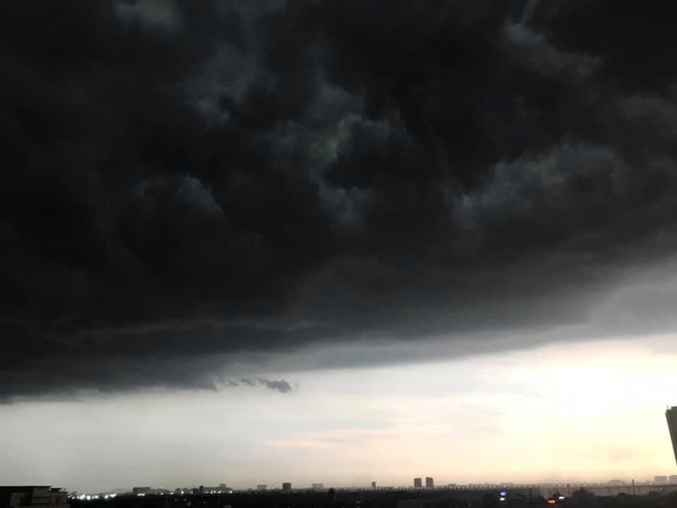 Mây đen vần vũ khiến bầu trời Hà Nội tối sầm (Ảnh: Group Không sợ chó)