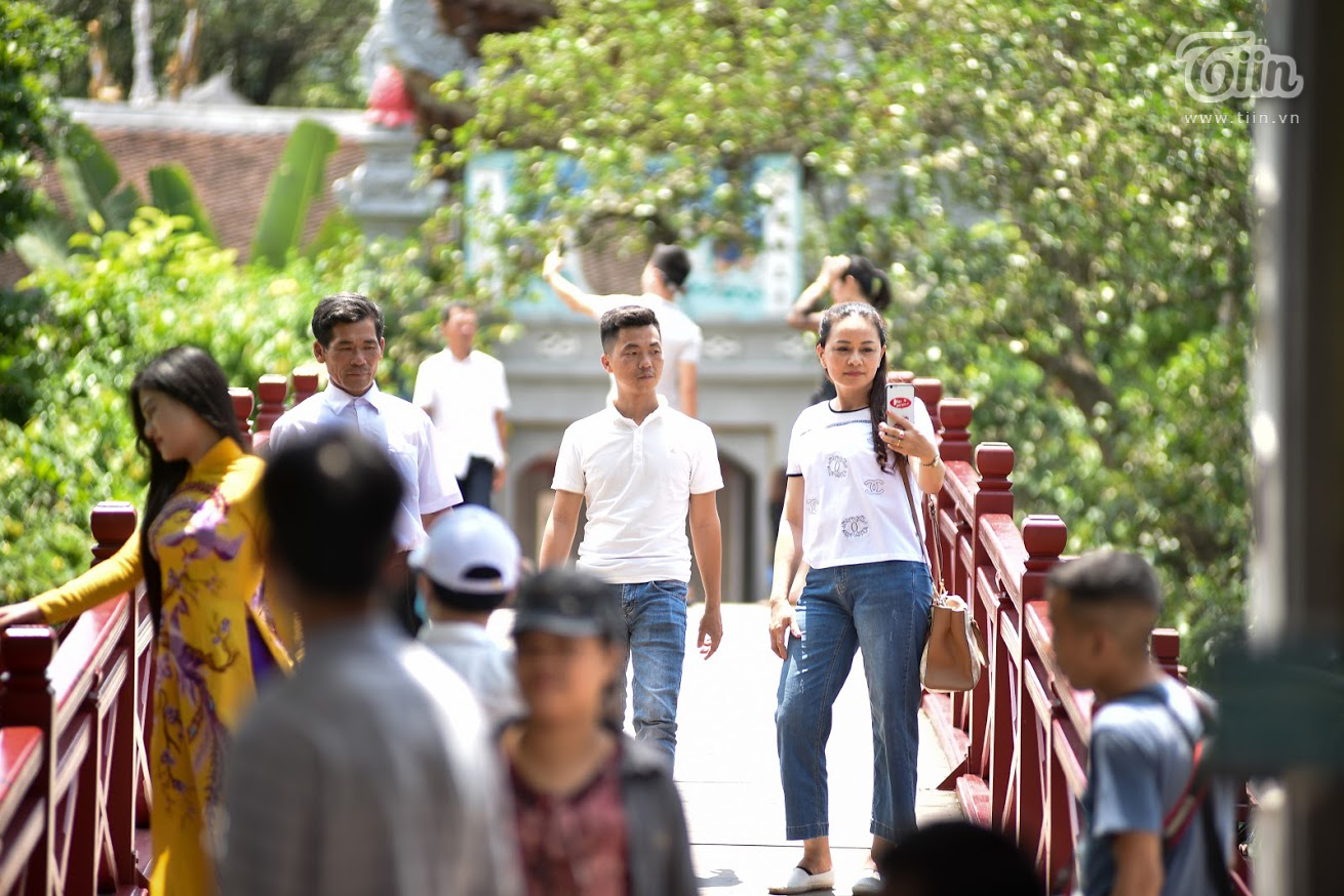 Tại đền Ngọc Sơn, khách tham quan dễ dàng chọn được góc vắng người để chụp ảnh kỷ niệm.