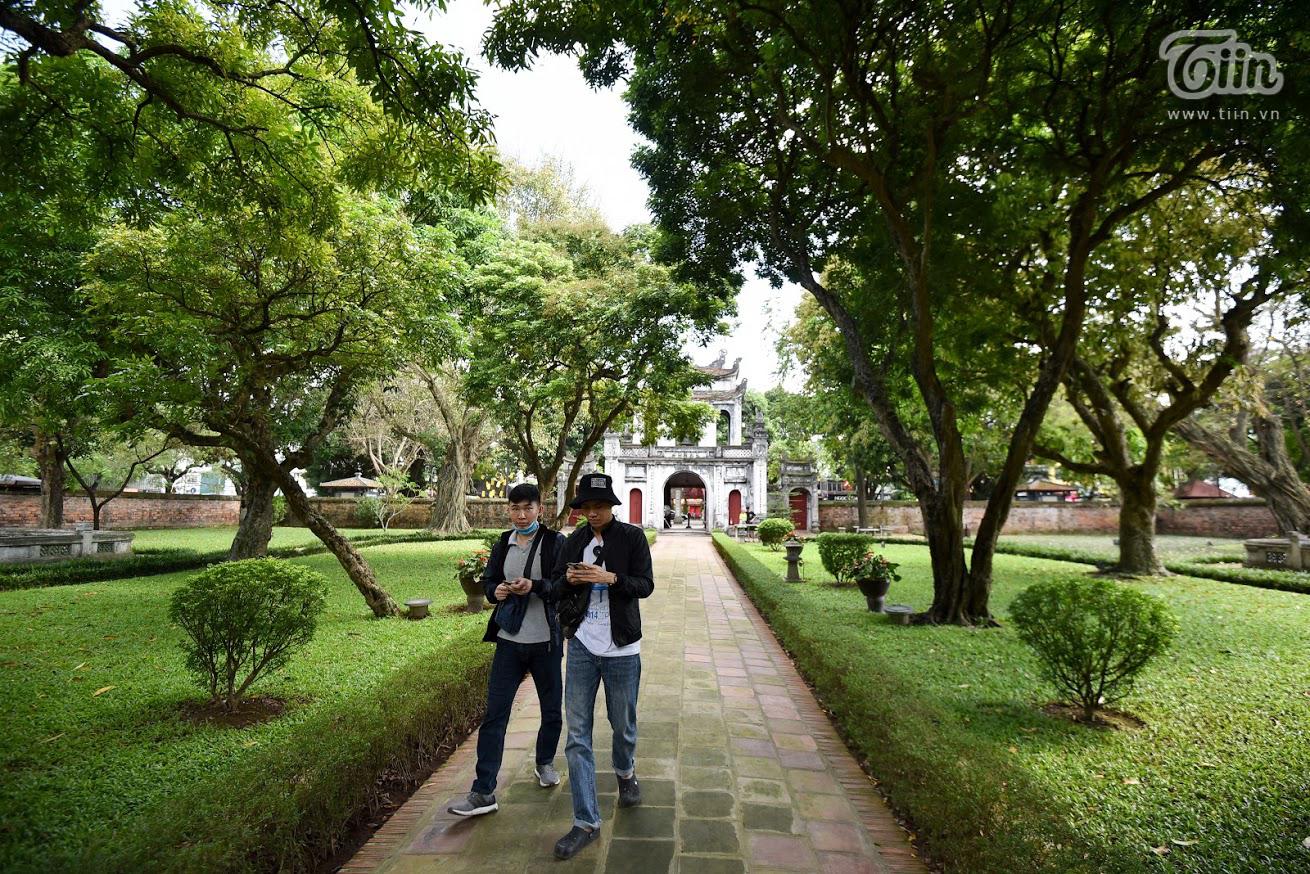 Văn Miếu Quốc Tử Giám - nơi mà mọi du khách đều lựa chọn để thăm thúmỗi khi đến Hà Nội đã đón những vị khách đầu tiên đến tham quan.