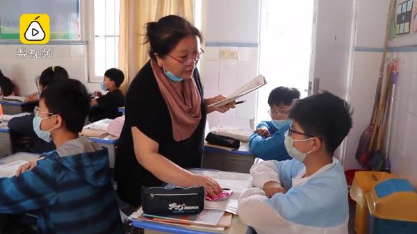 Các em cảm thấy rất vui khi nhận kẹo từ giáo viên và hứa hẹn sẽ cố gắng học hành.