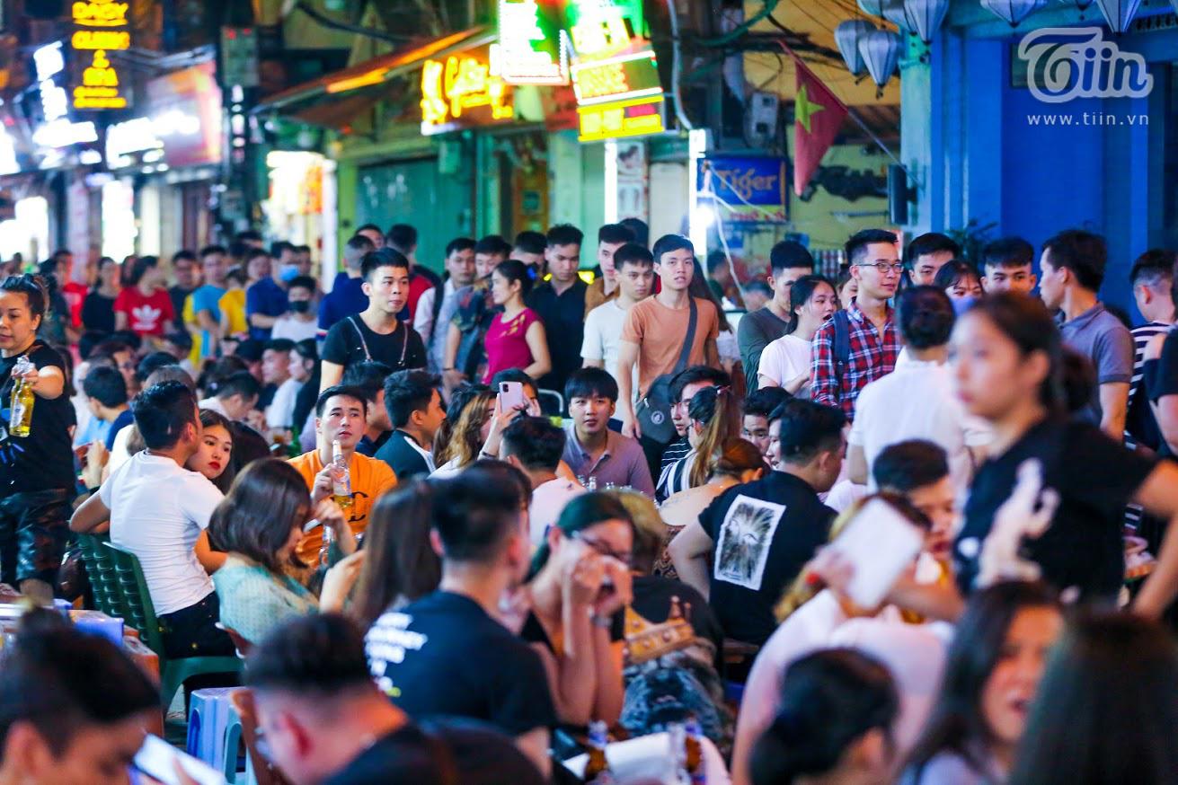 Tại ngã tư Tạ Hiện, dòng người đi qua lại tấp nập, các hàng quán cũng mở cửa và hoạt động hết công suất. Một phần vì là vào cuối tuần, một phần do phố đi bộ được hoạt động trở lạinên lượng khách sau giãn cách xã hội vốn đã đông, nay lại nhiều gấp vài lần.