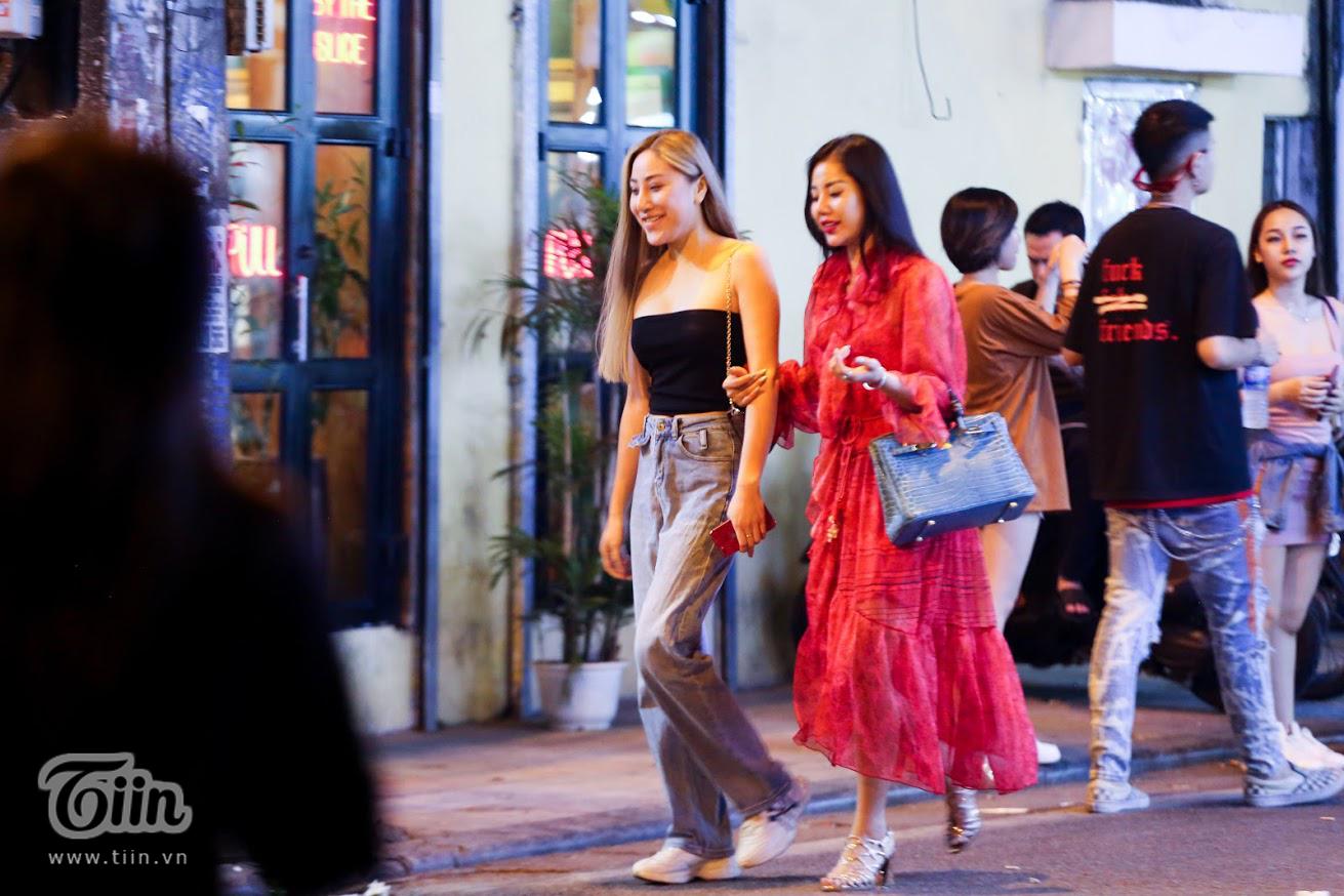 Sau gần 4 tháng 'ở yên trong nhà và chống dịch', đến nay, các bạn trẻ đã được ra đường, tụ tập và gặp gỡ nhau. Các con phố đêm ở Hà Nội cũng nhờ thế mà nhộn nhịp lên hẳn.