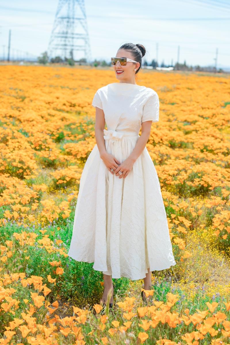 Không hổ danh là một fashionista nổi tiếng, dù chỉ diện trang phục màu trơn đơn giản nhưng Hằng Châu không bị 'chìm' giữa muôn vàn bông hoa đang nở rộ.