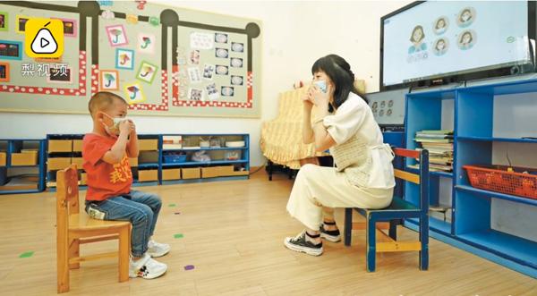Trung Quốc: Trường mầm non mở cửa đón học sinh, lớp 27 em chỉ có một cậu bé đi học 1