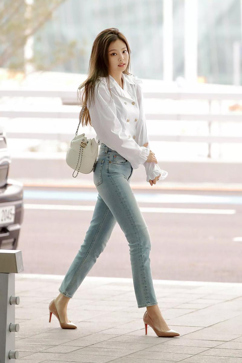 Sau một thời gian bị những kiểu quần ống rộng soán ngôi, skinny jeans đã dần lấy lại vị thế vốn có của mình. Black Pink thường xuyên mặc loại quần này cũng với áo trắng đơn giản.