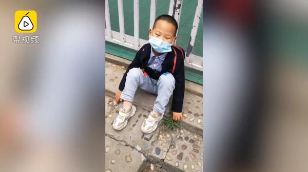 Cậu bé 5 tuổi ngồi đợi hơn 1 tiếng đồng hồ trước cổng trường im ắng.