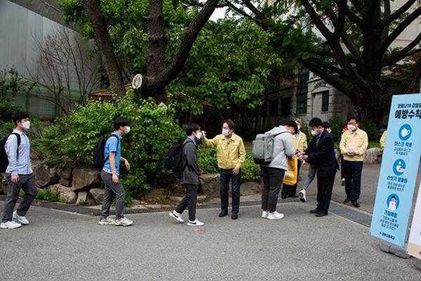 Học sinh kiểm tra thân nhiệttại trường trung học Kyungbock,Seoul ngày 20 tháng 5.