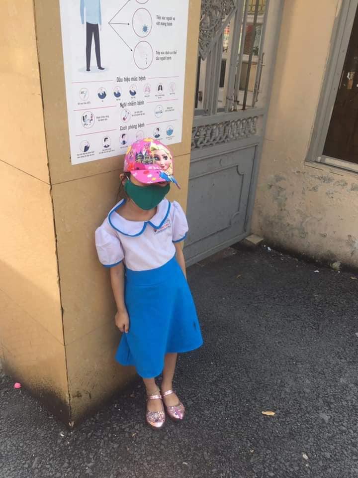 Em bé không được vào trường vì đến sớm 15 phút.