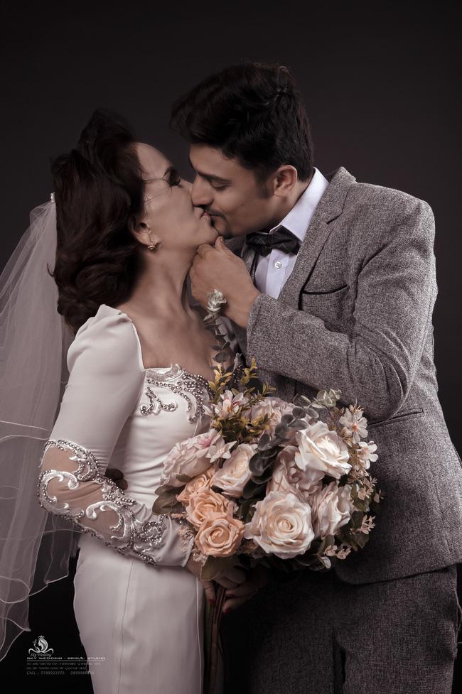 Cô dâu 65 tuổi lấy chồng ngoại 24 tuổi khoe ảnh cưới 'cực ngầu' sau khi gặp mặt cặp đôi vợ chồng 62 - 26 2