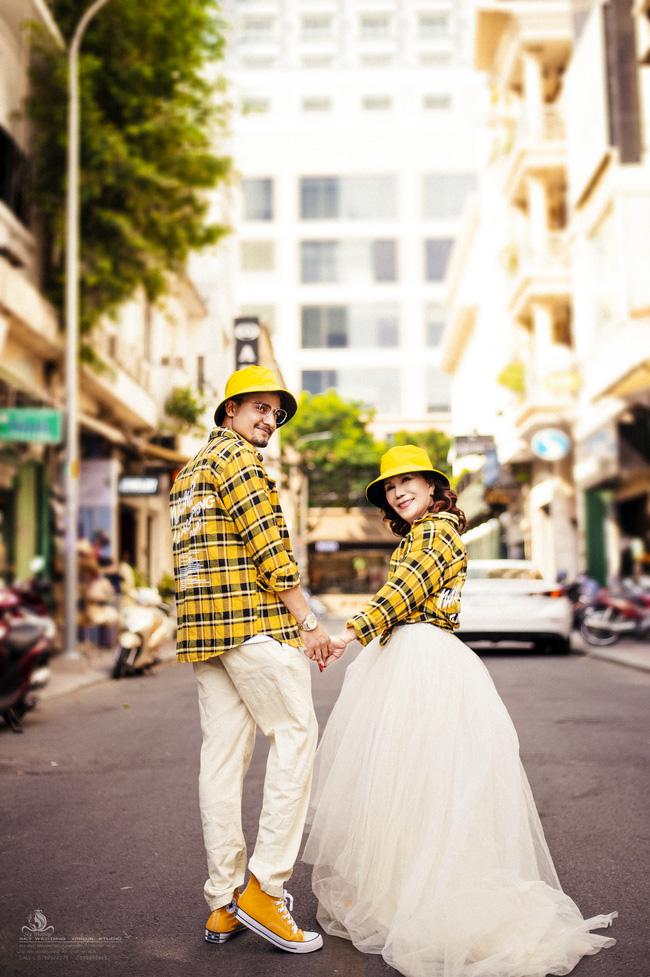 Cô dâu 65 tuổi lấy chồng ngoại 24 tuổi khoe ảnh cưới 'cực ngầu' sau khi gặp mặt cặp đôi vợ chồng 62 - 26 7