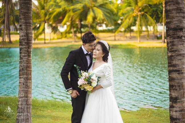 Cô dâu 65 tuổi lấy chồng ngoại 24 tuổi khoe ảnh cưới 'cực ngầu' sau khi gặp mặt cặp đôi vợ chồng 62 - 26 4