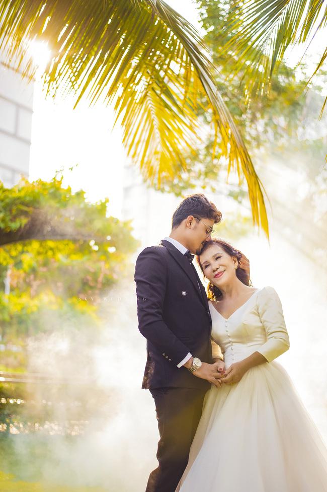 Cô dâu 65 tuổi lấy chồng ngoại 24 tuổi khoe ảnh cưới 'cực ngầu' sau khi gặp mặt cặp đôi vợ chồng 62 - 26 3