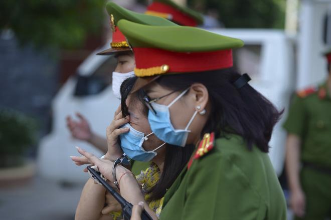 Sáng nay, khi vừa đến toà, bước khỏi xe chuyên dụng, bị cáo Nguyễn Thị Thu Loan (41 tuổi, nguyên giáo viên Trường THPT Lạc Long Quân) bật khóc và phải nhờ đến sự hỗ trợ của lực lượng an ninh mới có thể vào trong phiên toà.