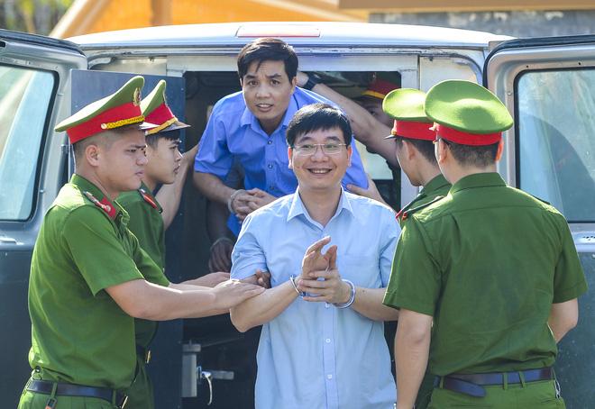 Trái ngược với bị cáo Thu Loan, khi vừa bước xuống xe Bị cáo Khương Ngọc Chất (45 tuổi, nguyên Trưởng phòng An ninh chính trị nội bộ Công an Hòa Bình) lại cười tươi.