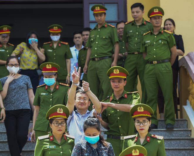 Trong sáng nay, HĐXX tuyên phạt bị cáo Nguyễn Quang Vinh (54 tuổi, nguyên Trưởng phòng Khảo thí Sở GD-ĐT tỉnh Hòa Bình) 8 năm tù giam về tội 'Lợi dụng chức vụ quyền hạn trong khi thi hành công vụ'. Trước khi lên xe rời toà, Vinh vẫy tay chào mọi người bằng 2 ngón.