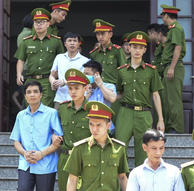 Các bị cáo Đỗ Mạnh Tuấn (41 tuổi, nguyên Phó hiệu trưởng Trường nội trú THCS và THPT huyện Lạc Thủy) bị HĐXX tuyên phạt 7 năm tù giam vì tội nhận hối lộ, 3 năm tù vì tội lợi dụng chức vụ trong thi hành công vụ, tổng hình phạt 10 năm tù giam, Nguyễn Khắc Tuấn (39 tuổi, chuyên viên Phòng khảo thí) bị HĐXX tuyên phạt 5 năm tù giam...