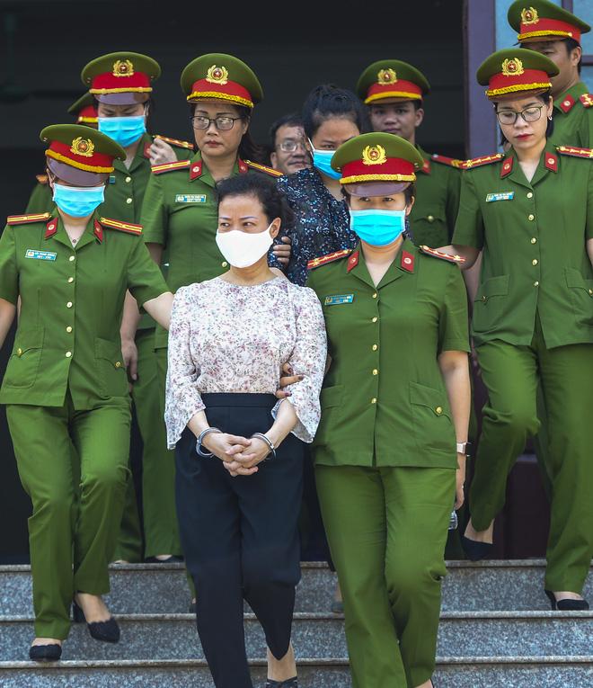 Nữ bị cáo Diệp Thị Hồng Liên (46 tuổi, nguyên Trưởng phòng khảo thí) bị HĐXX tuyên phạt 3 năm tù giam.