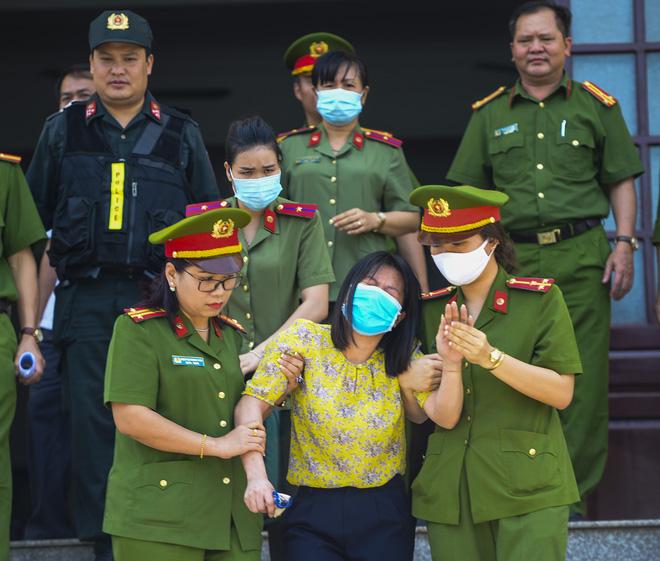 Bị cáo Nguyễn Thị Thu Loan bị HĐXX tuyên phạt 2 năm tù giam. Rời khỏi phòng xét xử, Loan liên tục khóc lớn và được nhân viên an ninh dìu lên xe chuyên dụng.