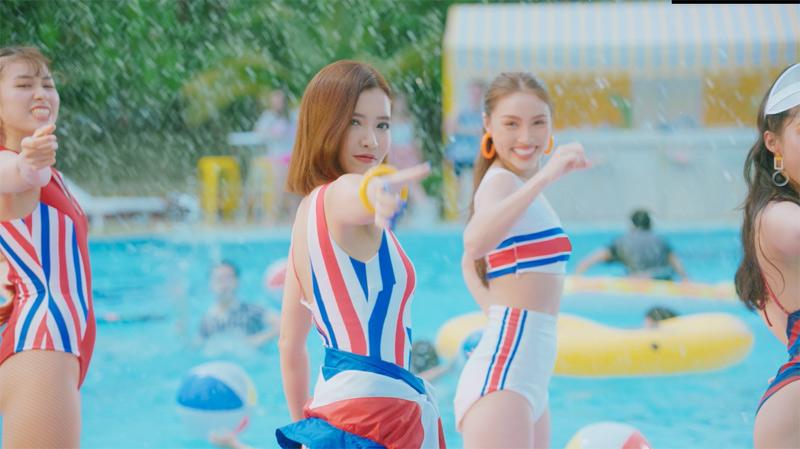 Hình ảnh năng động, cuốn hút của Bích Phương trong MV.