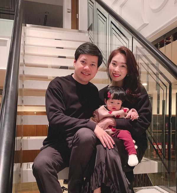 Vợ chồng Đặng Thu Thảo bên cạnh con gái.