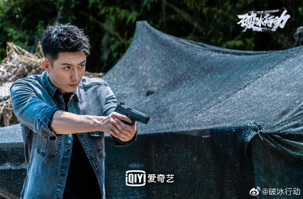 Trong Hành động phá băng, Hoàng Cảnh Du vào vai cảnh sát chính trực