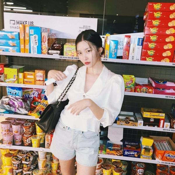 Mặc dù chỉ là đi siêu thị nhưng Sunmi vẫn mặc đẹp với set áo blouse trắng và quần short jeans màu xanh bạc.