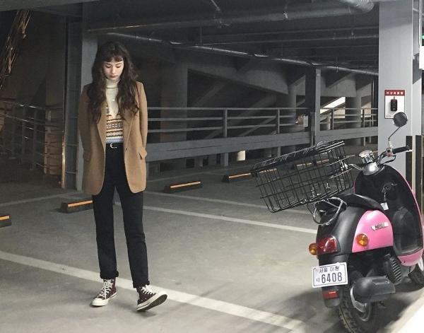 Nana mang âm hưởng vintage với áo blazer nâu, quần jeans ống suôn sơ vin combo áo len và áo cổ cao.