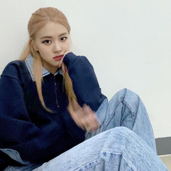 Rosé hệt như sinh viên với quần boyfriend jeans bạc màu phối với áo sweater xanh navy.