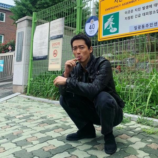'Ông chú' Nam Goong Min 'hack tuổi' với set đồ đen và áo khoác da bụi bặm.