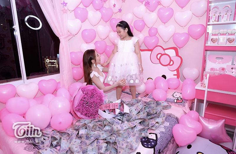 Nhà không có gì ngoài tiền: Sinh nhật con gái, bà mẹ chi hẳn nửa tỷ đồng rải khắp giường tặng con 0