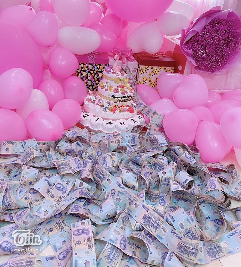 Nhà không có gì ngoài tiền: Sinh nhật con gái, bà mẹ chi hẳn nửa tỷ đồng rải khắp giường tặng con 2
