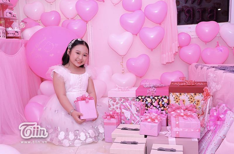 Nhà không có gì ngoài tiền: Sinh nhật con gái, bà mẹ chi hẳn nửa tỷ đồng rải khắp giường tặng con 3