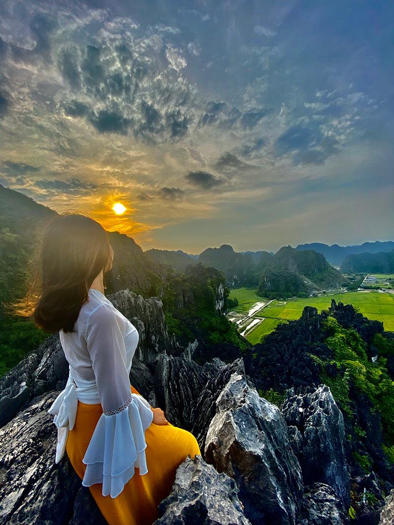 Đỉnh núi Ngoạ Long nằm trong khu Hang Múa - điểm check-in sống ảo hot nhất miền Bắc thời gian qua