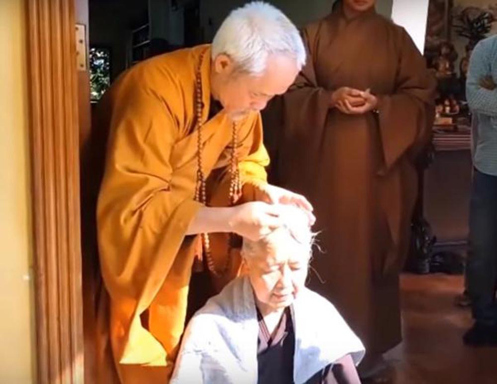 TT.Thích Giác Dũng thực hiện nghi thức thế phát (xuống tóc)cho cô giáo dạy Văn thời phổ thông trung học của mình - là Phật tử Diệu Tịnh Nguyễn Dzoãn Cẩm Vân.